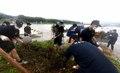 수해 복구 돕는 해군 장병들