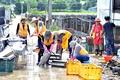 '흙탕물에 덮인 농기구를 깨끗하게 씻어내자'