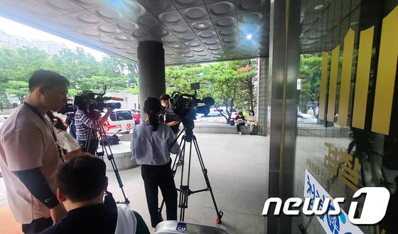 \'정의연 의혹\' 윤미향, 피의자 신분 검찰 첫 출석