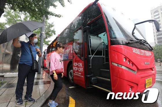 서울시티투어버스 타는 관광객들