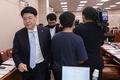 국회 법사위 파행...퇴장하는 미래통합당 의원들