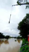 폭우에 잠긴 한강공원, 구조되는 시민