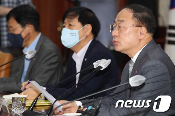 """홍남기 """"태릉골프장 검토하되 그외 그린벨트 선정 안해"""""""
