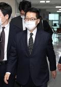 국회 나서는 박지원