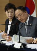 자료 살펴보는 홍남기 부총리와 김현미 장관