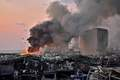 [사진] 베이루트의 화염과 검은 연기 사이 날으는 헬기