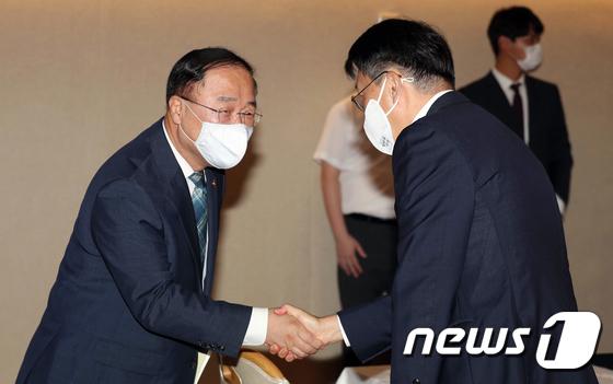 김현준 국세청장과 악수하는 홍남기 부총리
