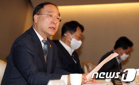 부동산 시장 점검회의 모두발언하는 홍남기 부총리
