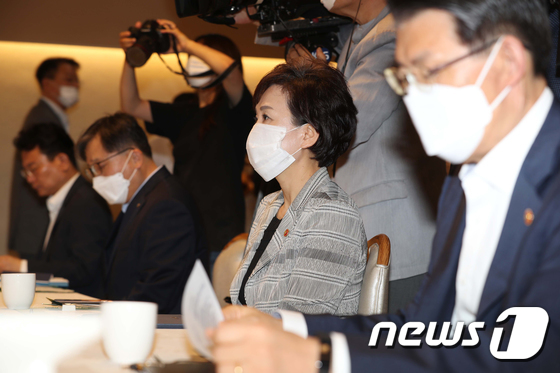 경제부총리 발언듣는 김현미 국토부 장관
