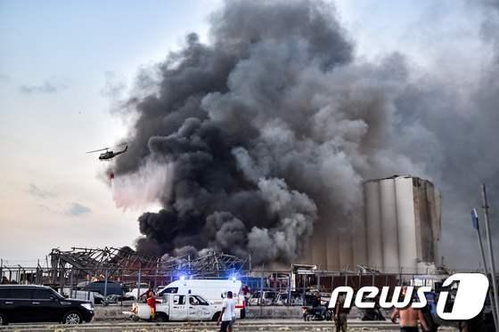 [사진] 폭발사고로 검은 연기 뒤덮인 베이루트항