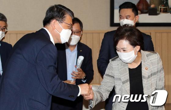 인사하는 김현미·은성수
