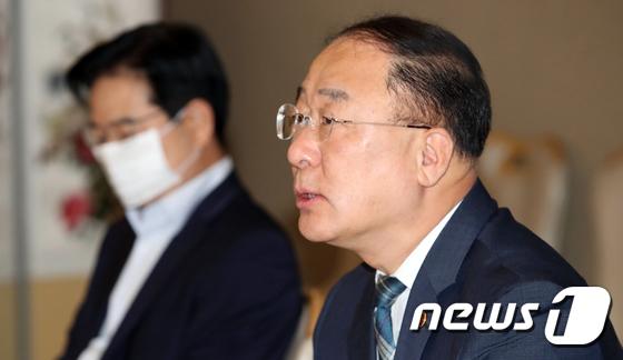 홍남기 부총리, 부동산시장 점검 관계장관회의 주재