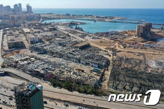 폭격 맞은듯 잔해만 남은 베이루트 항 주변