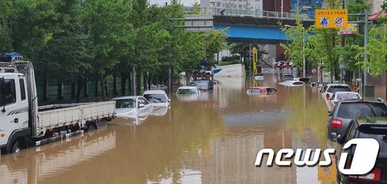 광주 호우경보 \'물에 잠긴 차량\'