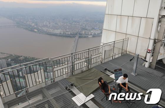 롯데월드타워 534m 최상층부에서 즐기는 캠핑