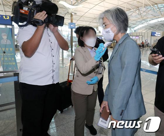 강경화 외교장관, 6개월 만에 대면외교 재개