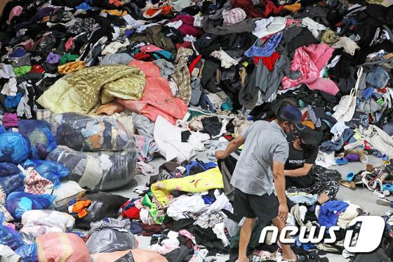 코로나19 여파에 창고에서 보관되는 헌 옷들