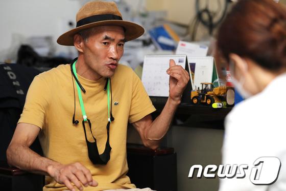 인터뷰 하는 연평도 피격 공무원 형 이래진씨