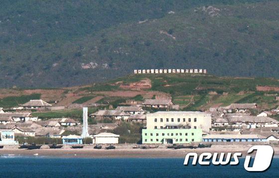 인적 드문 북한 강령군 해안마을