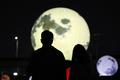 '가을밤 밝히는 희망의 인공달'
