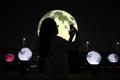 가을밤 밝히는 '인공달'