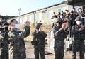 장병들과 작별인사하는 홍남기 부총리