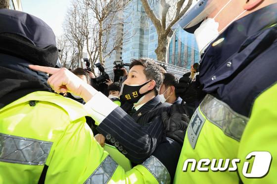 경찰과 충돌하는 박 전 대통령 지지자들