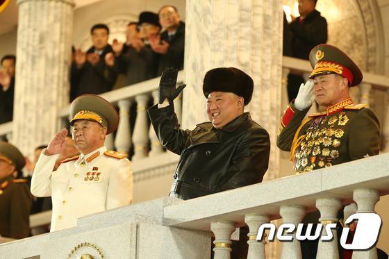 북한 김정은, 제8차 당 대회 기념 열병식서 밝은 모습