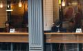 카페 안에 앉은 시민들