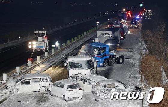 폭설 속 강풍 … 일본 고속도로로 130 배 충돌 사고