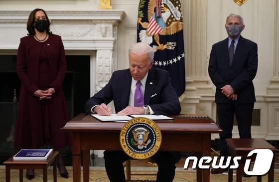 코로나19 대응 행정명령 서명하는 바이든 미 대통령