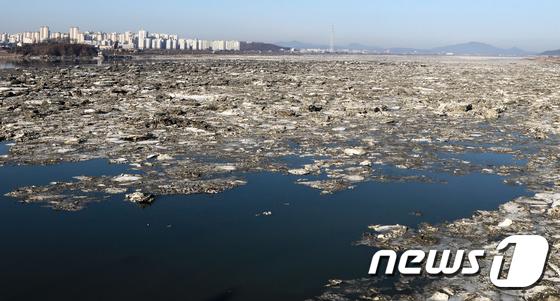 유빙 녹으며 다시 흐르는 한강