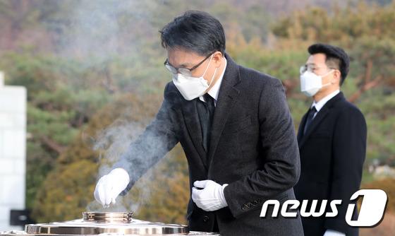 김진욱 공수처장, 현충원 찾아 분향