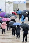 선별검사소 우산 행렬