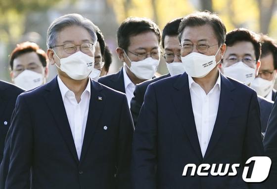 기념촬영장 이동하는 문재인 대통령과 이재명 경기지사