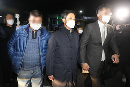 '구속영장 기각' 손준성 검사....서울구치소 나서
