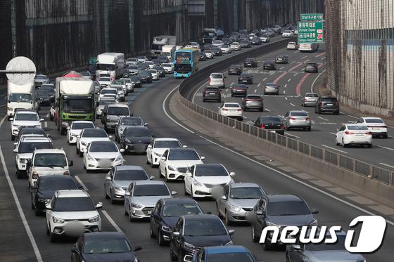 교통 혼잡으로 차량 '거북이 걷기'… 부산 → 서울 5 시간 10 분