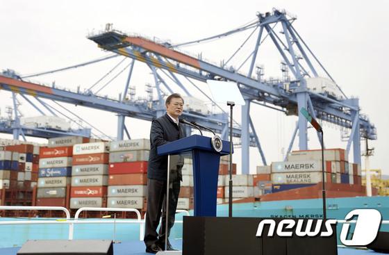 동남권 메가시티 구축 전략 보고, 발언하는 문 대통령