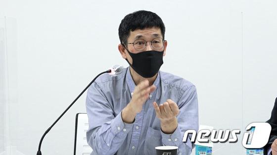 """진중권 """"늦은 주요 결정? 신고 페라가모 생태탕 먹으러 갈까?"""""""