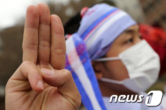 세 손가락 경례