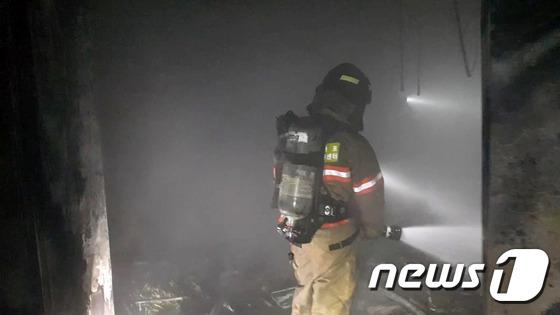 마포 호텔 화재 현장 조사하는 소방대원들