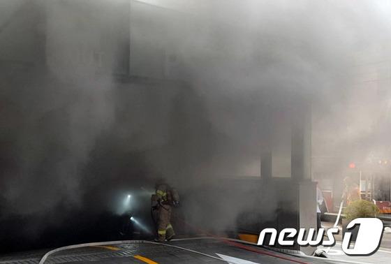 마포 호텔 화재, 매케한 연기 뚫고 진입하는 소방대원들