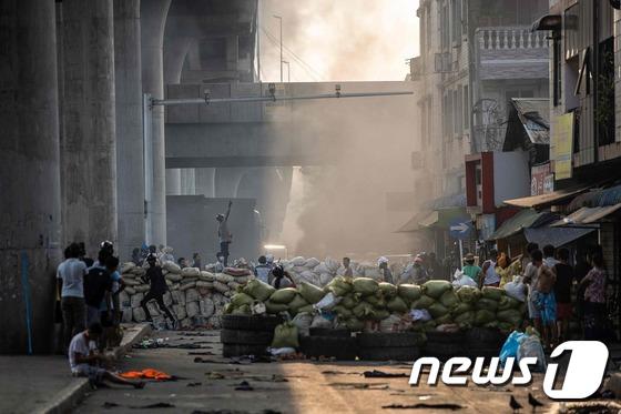 미얀마 군사 정부, 민간 주택 해고 위협까지 … 누적 사망자 200 명 이상
