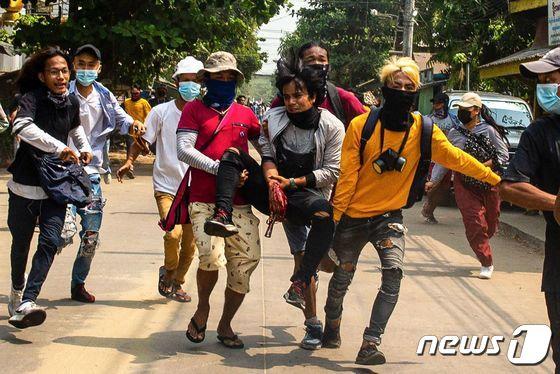 [사진] 부상 동료 옮기는 미얀마 쿠데타 반대 시위대