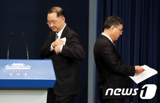 김진국 신임 민정수석과 신현수 전 수석