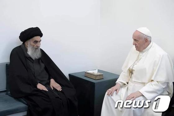 """프란치스코 교황이 이라크 지도자를 만나 """"종교 공동체 간의 협력""""(통합)"""