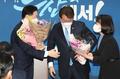 축하받는 김영춘 부산시장 후보