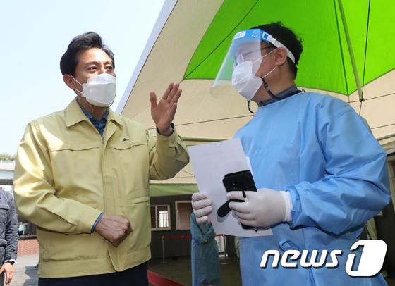 임시선별검사소 의료진 격려하는 오세훈 시장