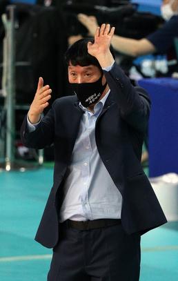 작전지시하는 신영철 감독