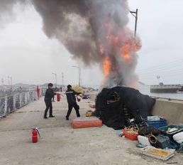 화재 진압하는 영흥파출소 직원들